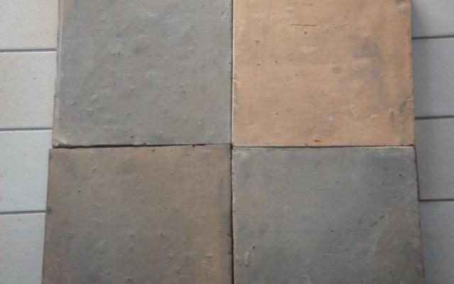 NIEUWE BLAUWGESMOORDE TEGELS, 20 X 20 cm.