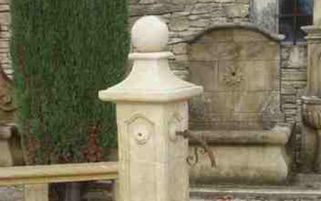 GEREPRODUCEERDE AUTHENTIEKE WATERBRONNEN IN FRANSE WITSTEEN