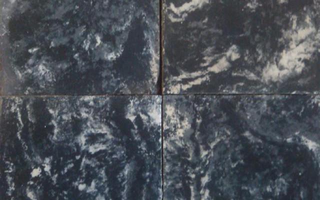 OUDE ZWARTGEVLAMDE CEMENTTEGEL 17 X 17 cm.