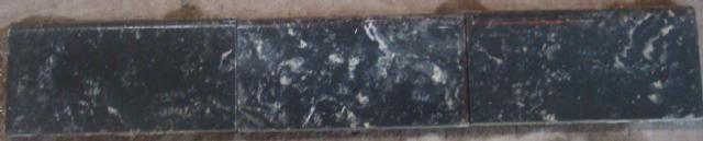 OUDE ZWART GEVLAMDE CEMENTTEGEL PLINT 17 X 7,5 cm.