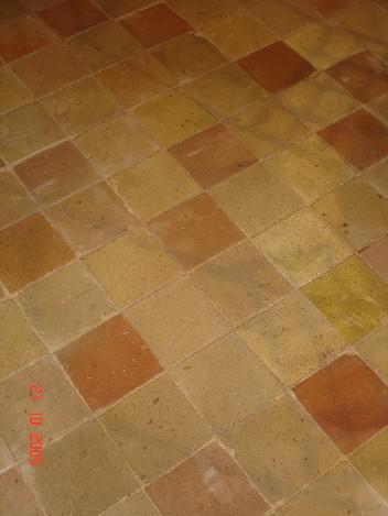 ANCIENS CARREAUX EN TERRE CUITE PREDOMINANT JAUNES, ROSES FLAMMES FAIT A LA MAIN, 20 X 20 CM.
