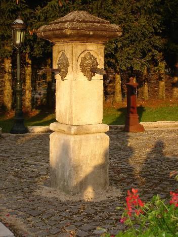 ANCIENNE FONTAINE D EAU EN PIERRE DE BOURGOGNE